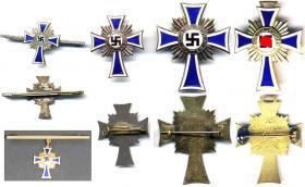Варианты Креста немецкой матери для повседневного ношения. Два последних, бронзовый и золотой, были изготовлены в то время, частным порядком, путём приваривания булавки к обычному наградному кресту. Однако официальным циркуляром ношение таких крестов не допускалось.