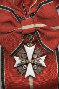 Орден немецкого Орла 1 класса с мечами. Крест носится на красной плечевой ленте с бело-черно-белыми полосами по бокам и одной белой полосой посредине (частная коллекция)