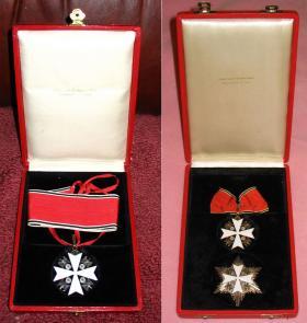 Футляры с Орденами немецкого Орла третьего и второго классов без мечей (последний отличается от 3 класса лишь наличием нагрудной, шестилучевой, звезды)