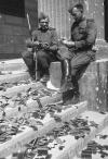 Советские солдаты на развалинах имперской канцелярии (Берлин, 1945 год)