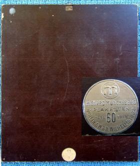 Оборотная сторона наградной плакетки машинистов за выслугу, обр. 1941 года, с юбилейным шильдом фирмы RICHARD MÜNCHEBERG PLAKETTEN, занимавшейся изготовлением наград