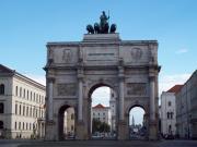 Современный вид Арки Победы, немало поведавшей на своём веку. В 1871г. под ней шли войска, возвращавшиеся после победоносной войны с Францией. В 1918г. она встречала возвращавшихся с Первой мировой войны. В 1919г. тут маршировали красные, а чуть позже, когда Мюнхен стал главным городом НСДАП, нацисты использовали ее как монументальную трибуну для своих выступлений. 9 ноября 1935г. здесь состоялось факельное шествие, а в 1938г. отмечалось 2000 немецкой культуры. Во время войны Арка была сильно разрушена и первоначально американцы планировали её уничтожить как символ фашизма. Однако всё же восстановили, оставив для наглядности некоторые повреждения. При этом одна из надписей была изменена – в новой говориться, что теперь Арка служит памятником разрушениям войны.
