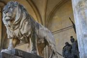 Один из мраморных львов перед фасадом Фельдхеррнхалле обращенный в сторону церкви – с закрытой пастью