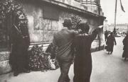 Проходившие мимо памятной плиты с именами погибших путчистов вскидывают руку в нацистском приветствии