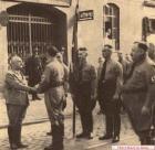 Торжественный памятный марш 9 ноября 1936 года. Гитлер около стен Бюргербройкеллера приветствуется Юлиуса Штрайхера, всегда возглавлявшего парад