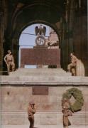 Американские войска вошли в Мюнхен 30 апреля 1945-го года. На фотографии освободители фотографируются на фоне памятной плиты с именами погибших путчистов, которая была снесена уже 3 мая