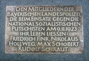 Памятная плита павшим полицейским (DEN MITGLIEDERN DER BAYERISCHEN LANDESPOLIZEI DIE BEIM EINSATZ GEGEN DIE NATIONALSOZIALISTISCHEN PUTSCHISTEN AM 9.11.1923 IHR LEBEN LIESSEN: FRIEDRICH FINK, NIKOLAUS HOLLWEG, MAX SCHOBERT, RUDOLF SCHRAUT)