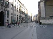 Современная фотография показывает аналогичную позицию вниз Residenzstraße