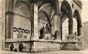 Вид Фельдхеррнхалле во время нацистов. В центре хорошо видна надпись: HERR MACH UNS FREI (ГОСПОДЬ СДЕЛАЙ НАС СВОБОДНЫМИ)