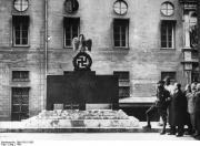 Оборотная сторона памятника погибшим путчистам у Фельдхеррнхалле. На оборотной стороне был высечен лозунг «Und Ihr habt doch gesiegt!» (И вы победили в любом случае!) – фраза из речи произнесённой Гитлером.