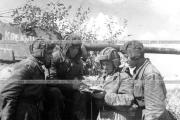 Экипаж танка в минуты затишья на фронте. 1942 г Ленфронт