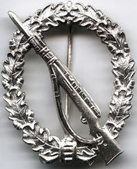 """Денацифицированный знак """"Пехотный Штурмовой"""" в серебре образца 1957 года"""