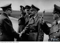 Адольф Гитлер, получает поздравления в свой день рождения от (слева - направо) Вильгельм Кейтель,  Карл Дёниц  (с повседневным маршальским жезлом), Генрих Гиммлер, Эрхард Мильх (с повседневным маршальским жезлом)
