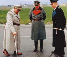 Рейхсмаршал Герман Геринг (с повседневным маршальским жезлом), генерал-фельдмаршал Вильгельм Кейтель, гросс-адмирал Карл Дёниц (с повседневным маршальским жезлом)