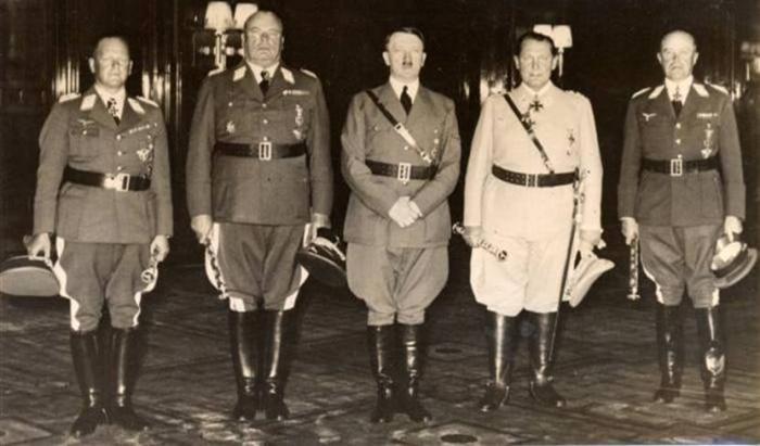 Адольф Гитлер в окружении фельдмаршалов Люфтваффе - Эрхард Мильх, Гуго Шперле, ГерманмГеринг, Альберт Кессельринг