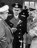 Гросс-адмирал Карл Дёниц с повседневным жезлом
