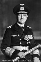 Гросс-адмирал Эрих Рёдер с маршальским жезлом