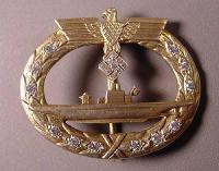 Нагрудный знак подводника с бриллиантами на свастике и венке. Частная коллекция, США. По одной из легенд он принадлежал Карлу Дёницу, однако документальных  подтверждений этой версии нет, как и того, что такой знак вообще существовал при Рейхе.