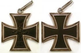 Большой крест Железного креста 1813 года. Данная реплика была изготовлена ювелирной фирмой C.E.Juncker (официальный поставщик государственных наград Германии) в начале 1940-х годов. Цель производства остаётся не известной. Возможно для музейных нужд или какой-то выставки.