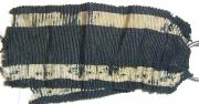 Оригинальная «боевая» лента Железного креста 2-й степени 1870 года (главное отличие родных лент от более позднего выпуска заключается в том, что основная черная нить заткана очень тонкими черными и белыми шелковыми нитками, практически не укрывающими, а подчёркивающими её строение. В отличие от лент крестов 1914 года. Также, своей структуре, белая нить была менее прочной по сравнению с чёрной и при носке быстрее стиралась)