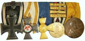 Колодка с медалями. Первым стоит Железный крест 2-й степени с юбилейными Дубовыми листьями и планкой за повторное награждение 1914 года