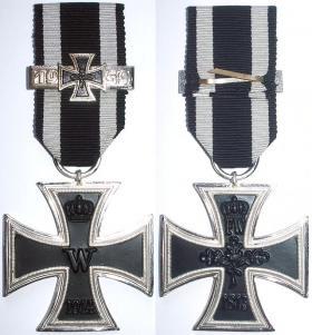 Железный крест 2-й степени образца 1914 года с планкой повторного награждения 1939 года денацифицированной версии образца 1957 года. (Сам крест также изготовлен в 1957 году)