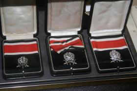 Дубовые листья с мечами и бриллиантами к Рыцарскому кресту Железного креста. Из экспозиции  музея  военной академии США в Вест-Пойнте.