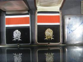 Дубовые листья с мечами и бриллиантами и Золотые Дубовые листья с мечами и бриллиантами  к Рыцарскому кресту Железного креста. Из экспозиции  музея  военной академии США в Вест-Пойнте.
